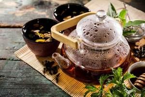 ceremonia del te verde en una tetera de cristal