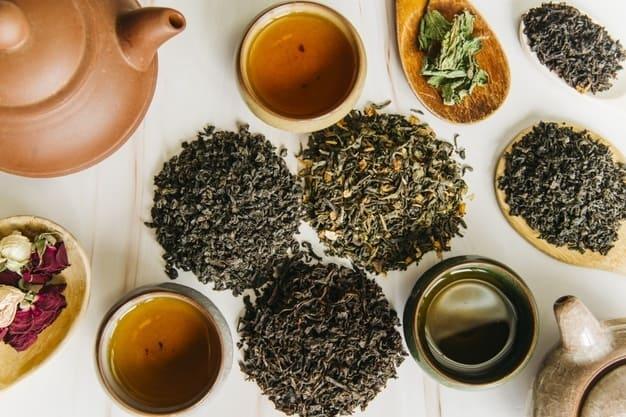 una variedad de hojas secas de té junto a una tetera