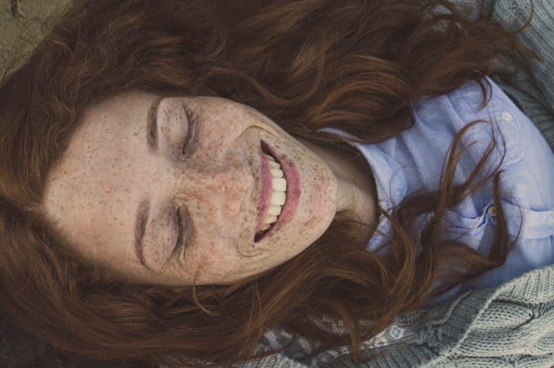 mujer con pecas sonriendo