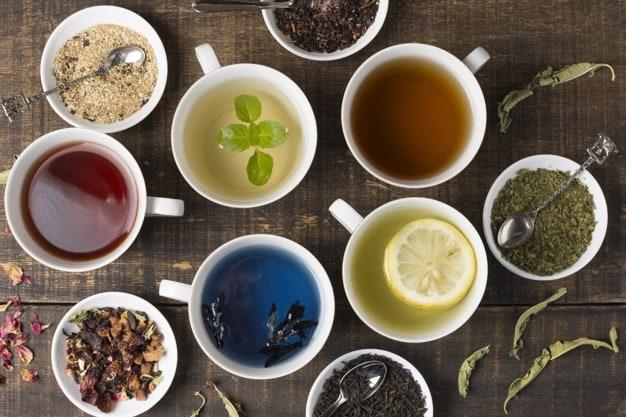 Tazas con diferentes tipos de té
