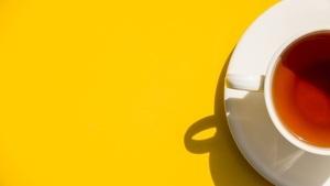 taza de té rojo pu erh sobre un fondo amarillo