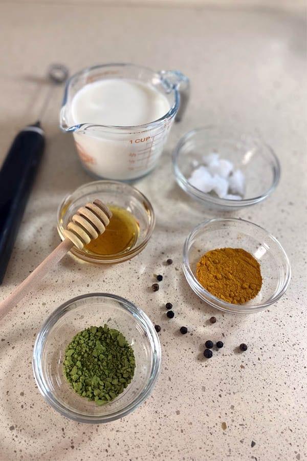 Ingredientes para hacer cúrcuma y matcha latte.
