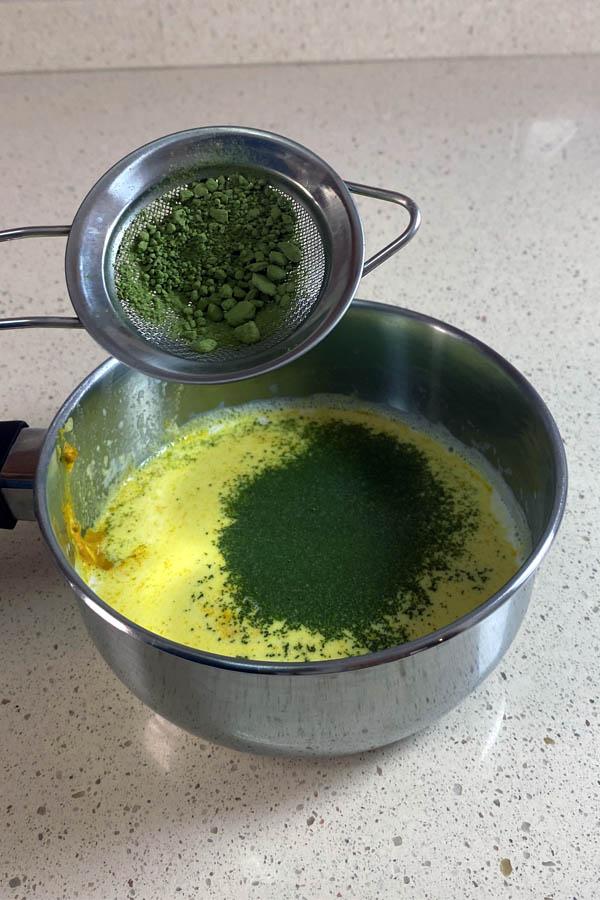 Tamizando el té para hacer cúrcuma y matcha latte.