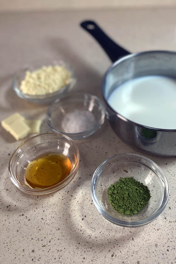 Ingredientes para preparar un chocolate blanco caliente con té matcha