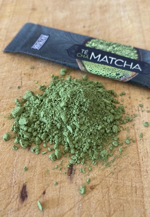 sobre de té verde matcha Mercadona esparcido sobre una tabla de madera