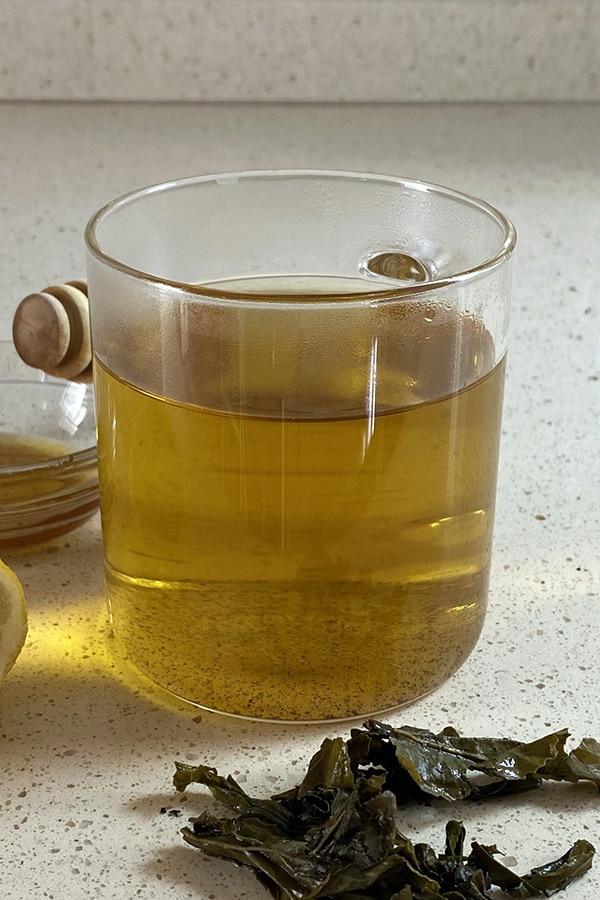 Taza de té verde con limón y miel